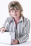 Caixa do metal da terra arrendada da mulher fotografia de stock royalty free