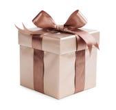Caixa do ouro com presentes e curva do marrom Imagens de Stock Royalty Free