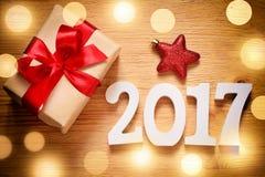 Caixa do presente de Natal no fundo de madeira Imagens de Stock