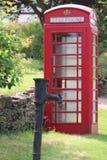Caixa do telefone da caixa de coluna e bomba de água vermelhas do metal fotografia de stock