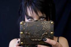 Caixa do tesouro da mulher de Goth fotos de stock