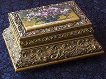 Caixa do vintage Caixão antigo em uma tabela com uma toalha de mesa azul fotos de stock royalty free