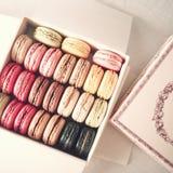 Caixa do vintage dos macarons Fotografia de Stock Royalty Free
