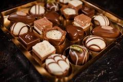 Caixa dos chocolates no chocolate branco, escuro, e de leite, variedade de trufa de chocolate Fotos de Stock