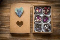 Caixa dos doces com broche imagem de stock