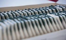 Caixa dos saquinhos de chá com etiquetas do verde na parte superior Fotografia de Stock