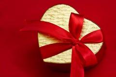 Caixa dourada na forma do coração Foto de Stock