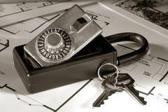 Caixa e chaves do fechamento dos bens imobiliários Fotos de Stock
