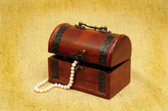 Caixa e colar de madeira Fotos de Stock Royalty Free