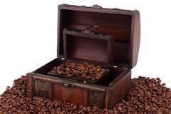 Caixa e grãos de café de madeira Imagem de Stock