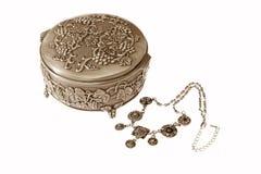 Caixa e jóias de prata no branco Fotografia de Stock Royalty Free