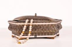 Caixa e pérolas extravagantes de jóia Fotografia de Stock
