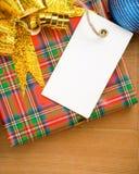Caixa e preço de presente do Natal perto das esferas Fotografia de Stock
