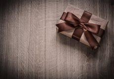 Caixa embalada do presente do vintage em copys do conceito do feriado da placa de madeira Imagens de Stock Royalty Free