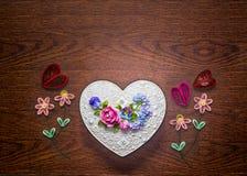Caixa feito a mão da forma do coração com a decoração das flores no fundo de madeira imagens de stock