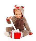 Caixa feliz do presente de Natal da abertura do bebê Fotografia de Stock