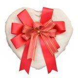 Caixa Heart-shaped com curva em um fundo branco fotografia de stock royalty free