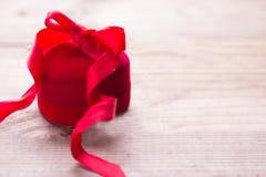 Caixa Heart-shaped com fita foto de stock royalty free
