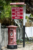 A caixa inglesa velha do cargo fora da estação de correios moderna na ilha da louça de Delft na região de Jaffna de Sri Lanka Fotos de Stock