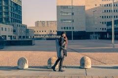 Caixa levando do saxofone da jovem mulher bonita Imagem de Stock