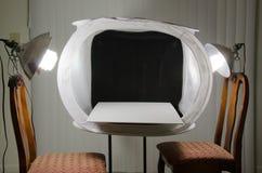 Caixa leve do estúdio home da fotografia com luzes Fotos de Stock Royalty Free