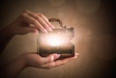 Caixa mágica da caixa de madeira com luz fotos de stock