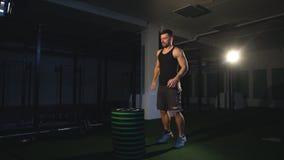 Caixa masculina nova do atleta que salta em um gym do crossfit O homem apto está executando saltos da caixa no gym filme
