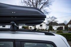 Caixa montada Closed do tronco ou da carga no telhado do carro, antes de uma viagem das férias em família, contra um céu azul, ár foto de stock royalty free