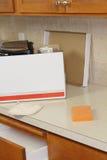 Caixa movente aberta no contador de cozinha fotografia de stock royalty free