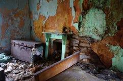 Caixa na casa velha abandonada Fotografia de Stock