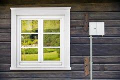 Caixa nova do Internet da fibra ótica na casa rural velha imagens de stock royalty free