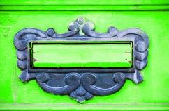 Caixa ou caixa postal velha de letra na maneira tradicional da porta da porta de entregar letras ou correio ao fim do endereço da imagem de stock royalty free
