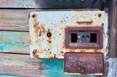 Caixa oxidada do metal com interruptores elétricos foto de stock royalty free