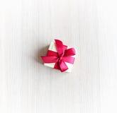 Caixa para anéis com uma fita vermelha na tabela Fotografia de Stock Royalty Free