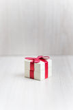 Caixa para anéis com uma fita vermelha na tabela Imagem de Stock