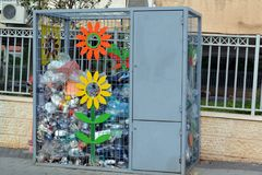 Caixa para recolher garrafas plásticas na rua de uma cidade pequena em Israel para sua reciclagem subsequente Fotos de Stock Royalty Free