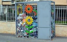 Caixa para recolher garrafas plásticas na rua de uma cidade pequena em Israel para sua reciclagem subsequente Imagem de Stock