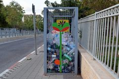 Caixa para recolher garrafas plásticas na rua de uma cidade pequena em Israel para sua reciclagem subsequente Imagens de Stock Royalty Free