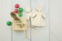 Caixa pequena amarrada com uma corda decorada com um ramo do Natal Imagens de Stock