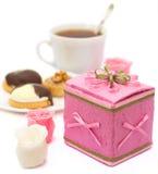Caixa pequena no fundo branco com bolo e chá Fotografia de Stock Royalty Free