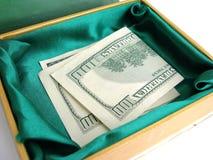 Caixa pequena verde com cem colagens da conta de dólar imagem de stock