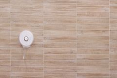 Caixa plástica branca do tecido que pendura nos testes padrões de madeira da parede da telha em horizontal fotos de stock