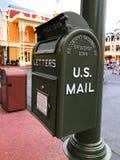 A caixa postal é escura - verde para enviar o close-up da correspondência e das letras imagens de stock
