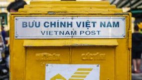 Caixa postal amarela em Vietname fotografia de stock