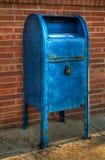 Caixa postal azul - ângulo deixado Fotos de Stock Royalty Free