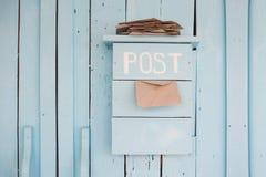 Caixa postal com letras no estilo do vintage no fundo azul de madeira Imagem de Stock Royalty Free