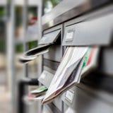 Caixa postal completamente dos correios nãos solicitados foto de stock royalty free