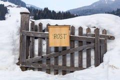 Caixa postal de madeira na neve Fotos de Stock