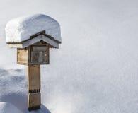 Caixa postal de madeira no inverno Fotos de Stock