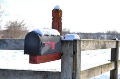 Caixa postal do inverno na neve Fotos de Stock